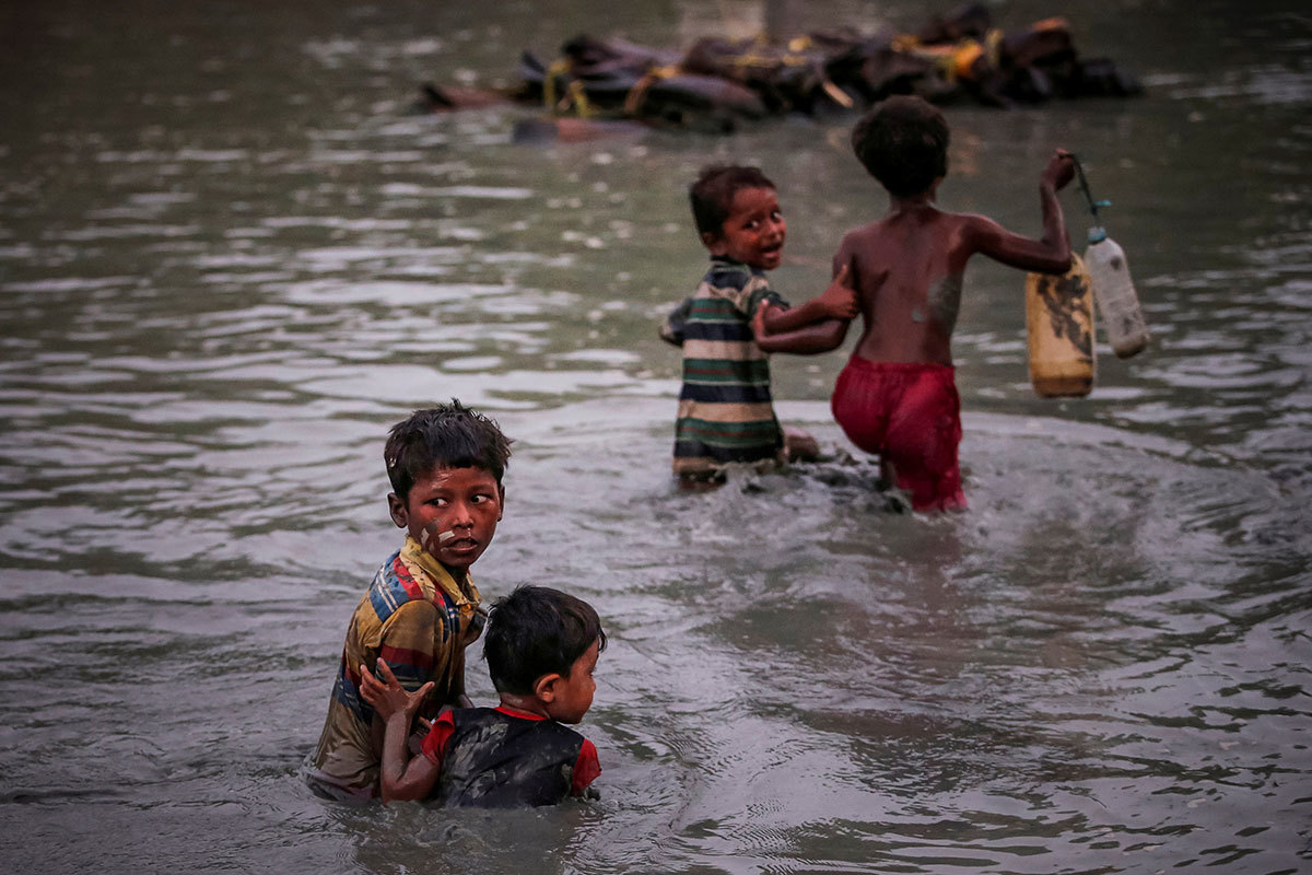 Rohingya children fleeing violence in Rakhine cross the Naf River into Bangladesh in November 2017. Photo credit: Reuters